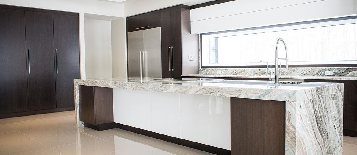 La cuisine en acrylique offre un look moderne et lustré à votre cuisine sur mesure. L'acrylique est un produit tendance, d'une qualité absolue et d'un impact visuel fascinant. Il est offert dans une panoplie de couleur avec un fini lustré ou mat.