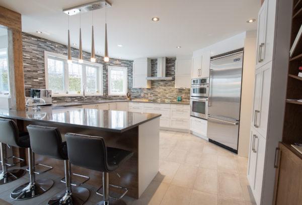 Les armoires de cuisine en bois massif donne une allure noble à votre cuisine et augmente la valeur de votre propriété. Découvrez nos styles d'armoires en bois massif pensés pour votre cuisine et votre salle de bain. Venez voir notre salle de montre à Ste-Thérèse. Cuisine Beaujoly