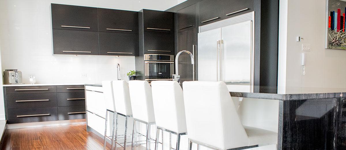 armoires de cuisine noir et blanc